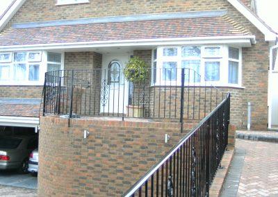 Curved balustrade incorporating ornamental motif