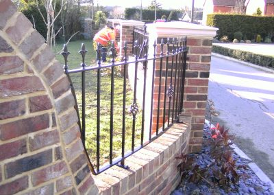 Shaped Victoria wall railing with baskets