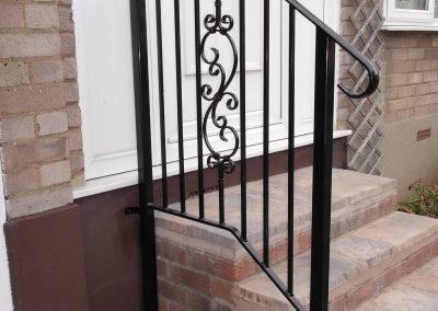 Straight bar handrail with motif