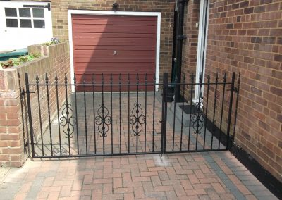 Alternative straight bar driveway gates