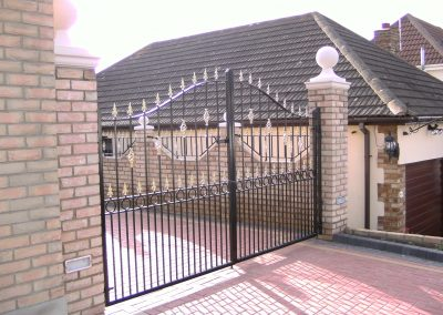 Bell top Victoria gates with rings and baskets heavy frame