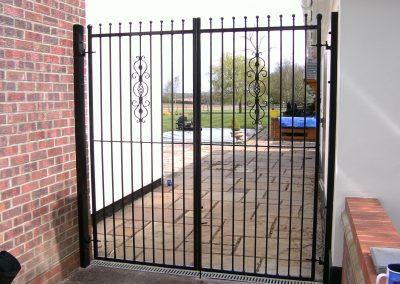 Flat top Kingston entrance gates 02