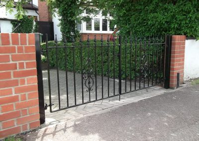 Straight bar driveway pair with motif