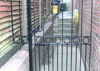 Victoria side gate with rings and ball top finials