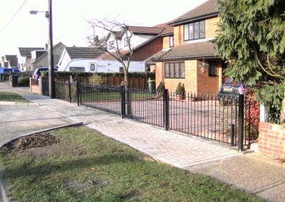 Victoria sliding gate with alternate twists